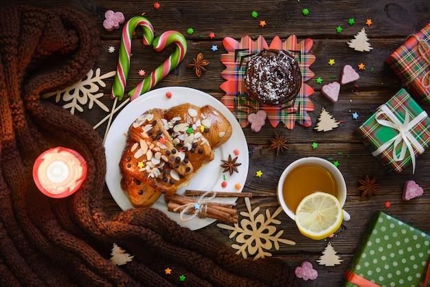 Table du matin de noël avec croissant, bonbons et cadeaux