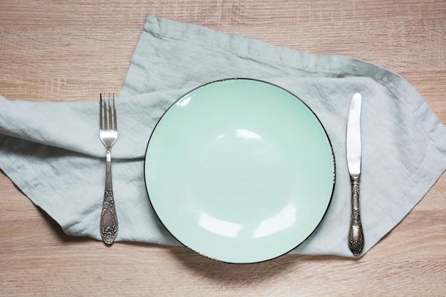 Table elegance avec assiette turquoise et serviettes