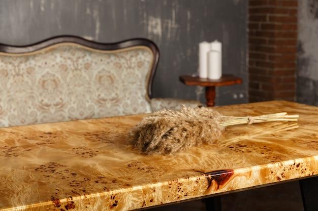 Table élégante en bois en noyer massif avec résine époxy dans un intérieur élégant
