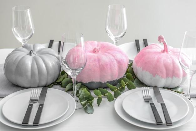 Table élégante avec des citrouilles peintes