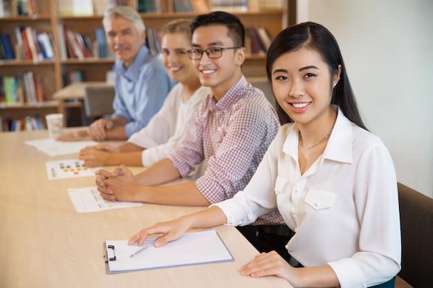 Table emploi organisation femme d'affaires