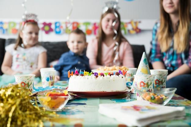 Table d'enfants douces avec gâteau d'anniversaire