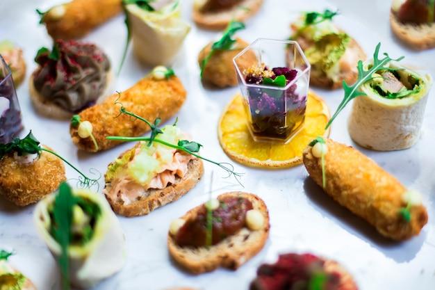 Table d'entrées avec différents snacks d'antipasti