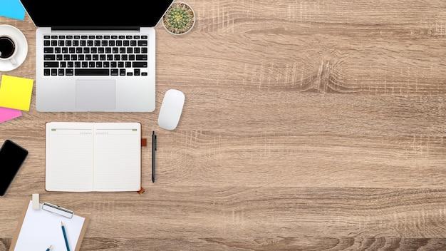 Table d'espace de travail à plat avec ordinateur portable, fournitures de bureau, tasse à café, tablette et téléphone portable sur fond en bois
