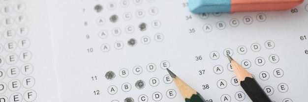 Sur la table est un test avec des options pour les crayons de réponse et le test rapide de lavage iq