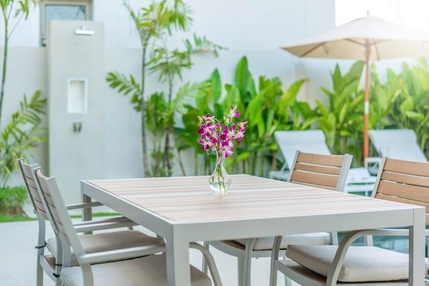 Table d'extérieur design avec lit de bronzage ou chaise longue piscine