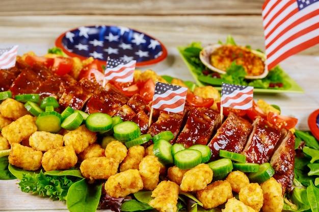 Table de fête avec apéritif délicieux et drapeau américain.