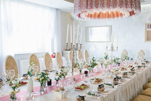 Table de fête de banquet de mariage dans un style classique