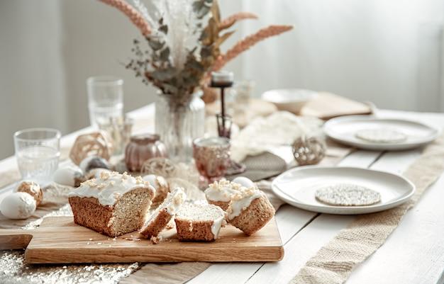 Une table de fête avec un cadre magnifique et un gâteau de pâques fraîchement sorti du four