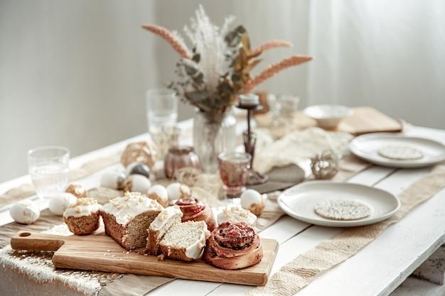 Une table de fête avec un cadre magnifique et des pâtisseries de pâques fraîchement préparées
