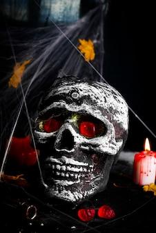 Table de fête halloween avec toile d'araignée et crâne