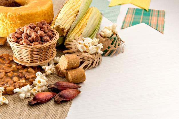 Table de fête de juin fête typiquement brésilienne de juin. gâteau, cacahuètes, pop-corn et pignons de pin.