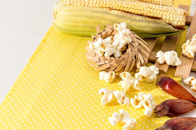 Table de fête de juin. fête typiquement brésilienne de juin. maïs, arachides, pop-corn et pignons de pin.