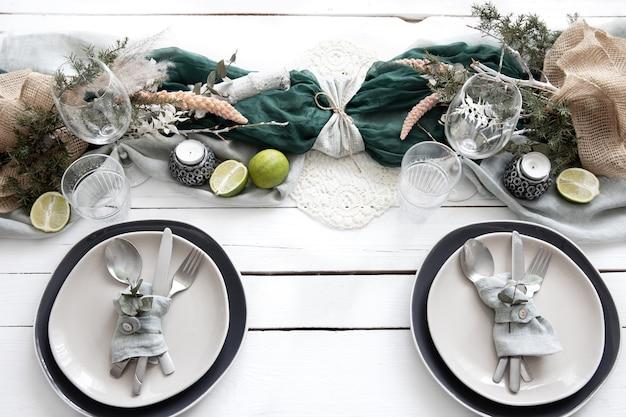 Table de fête à la maison avec des détails décoratifs scandinaves close up