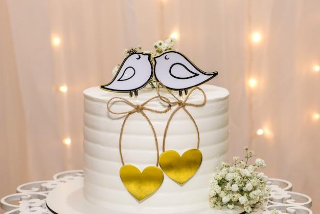 Table de fête de mariage avec gâteau.
