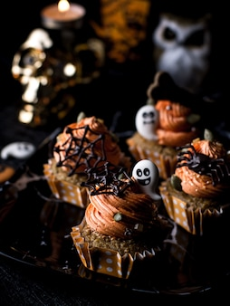 Table de fête avec des muffins à la citrouille et des biscuits.