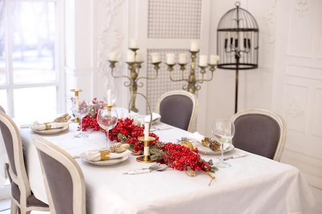 Table de fête de noël et du nouvel an dans des couleurs naturelles et blanches