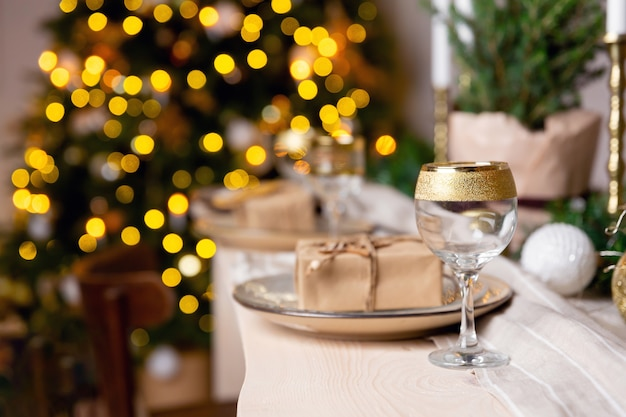 Table de fête de noël ou du nouvel an verre de champagne sur table