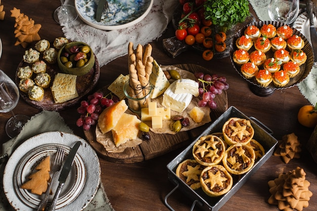 Table de fête de noël avec de la nourriture