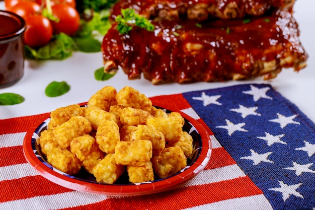 Table de fête avec pommes de terre frites et côtes de boeuf pour la journée des anciens combattants.