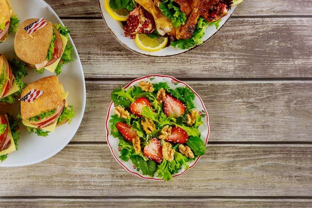 Table de fête rustique avec des plats variés pour les vacances américaines.