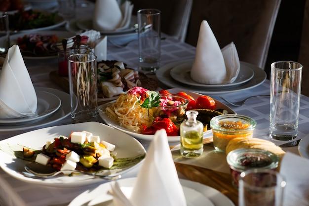 Table de fête avec salades