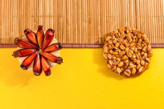 Table de fête typique de juin. pignon et doux connu sous le nom de pe-de-moleque.