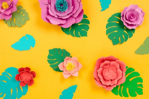 Table florale tropicale en fleurs et feuilles artisanales en papier, table jaune.