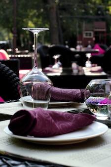 Table sur fond de café en plein air