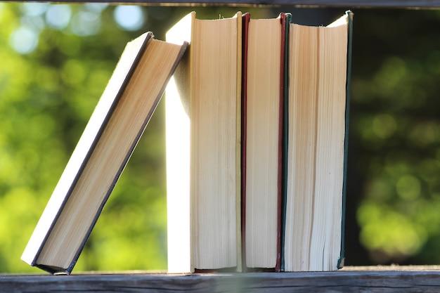 Table de fond de pile de livres en bois en plein air