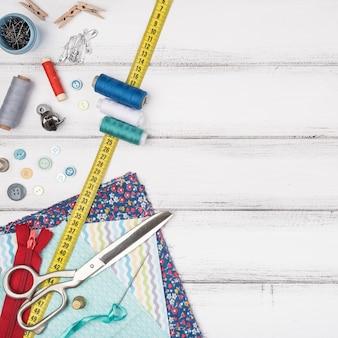 Table avec fournitures de couture et espace de copie
