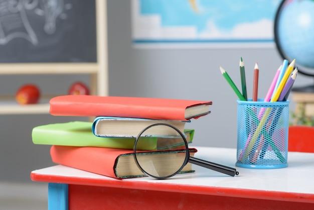 Table avec fournitures scolaires