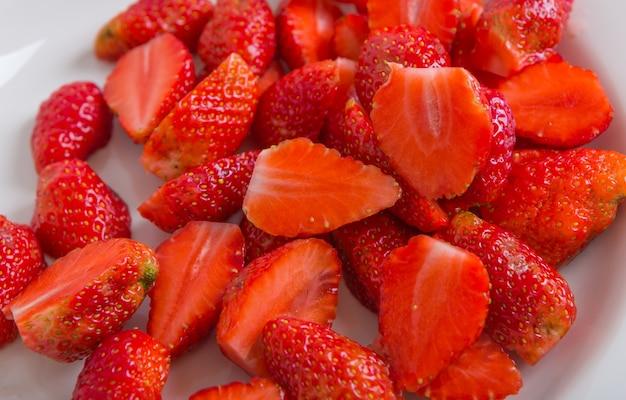 Table avec des fraises coupées