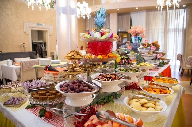 Table avec fruits lors d'un buffet à l'hôtel en vacances.