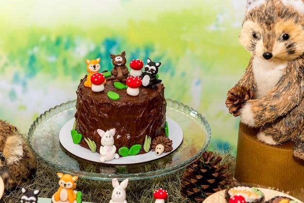 Table avec gâteau au chocolat pour la fête des enfants.