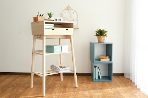 Table haute en bois comme lieu de travail debout dans un intérieur moderne