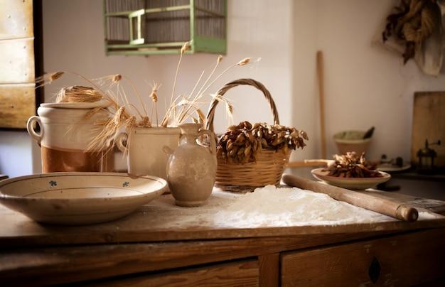 Table avec des ingrédients et des ustensiles de cuisine.