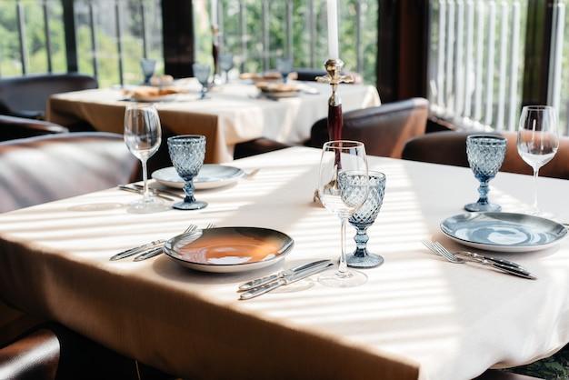 Une table joliment dressée avec des plats exquis dans un restaurant moderne.