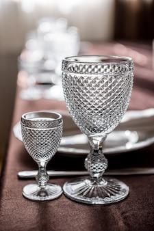 Table joliment servie dans le restaurant. service de table avec verres, verres à vin, couverts, assiettes et serviettes.