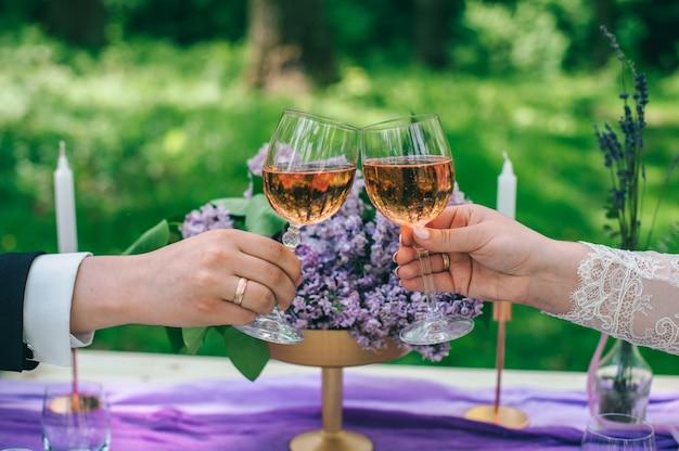 Table joliment servie en plein air avec fleurs et décor