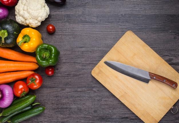 Table avec des légumes et un couteau