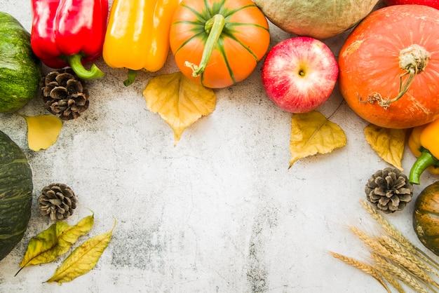 Table avec des légumes et des folioles jaunes