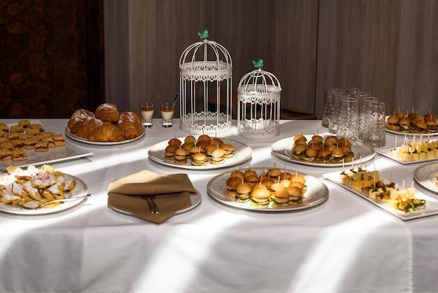 Table lumineuse avec cuisson pour patauger, restauration pour événements festifs. restauration pour fêtes, pâtisserie.
