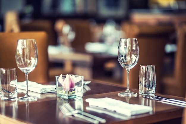 Table de luxe avec verres, serviettes et couverts au restaurant ou à l'hôtel.