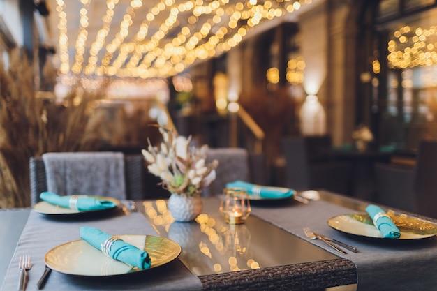Table magnifiquement servie dans un restaurant
