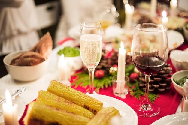 Table magnifiquement servie pour le dîner de noël