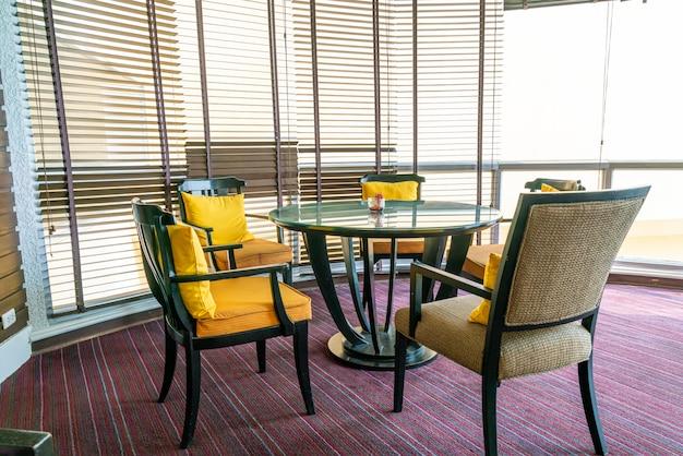 Table à manger au café restaurant