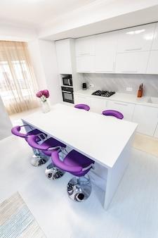 Table à manger blanche dans la cuisine moderne