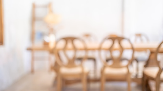 Table à manger confortable en bois fond flou