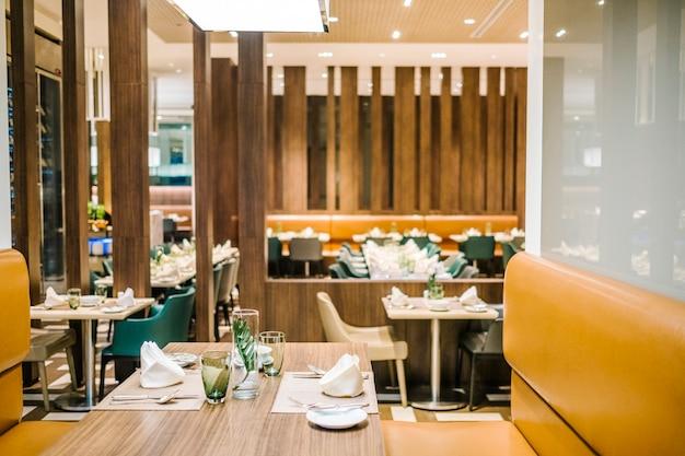 Table à manger dans un hôtel de luxe